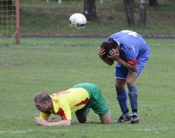 Piłkarze Promienia Mońki (żółte koszulki)szybko muszą sie podnieść, bo widmo degradacji jest coraz bardziej realne