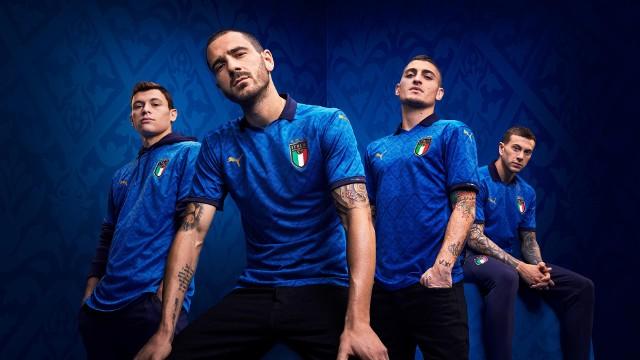 Chociaż koronawirus sprawił, że mistrzostwa Europy zostały przełożone na kolejny rok, to marki odzieżowe nie wstrzymały realizacji swoich planów. Przygotowały nowe kolekcje strojów dla wielu drużyn narodowych, w których te będą rywalizowały w Euro 2021. Jednak po raz pierwszy w grze zobaczymy je podczas inaugurujących serii Ligi Narodów. Na europejskich boiskach szykuje nam się prawdziwa rewia mody! Zobacz, jak prezentują się niektóre z kompletów.