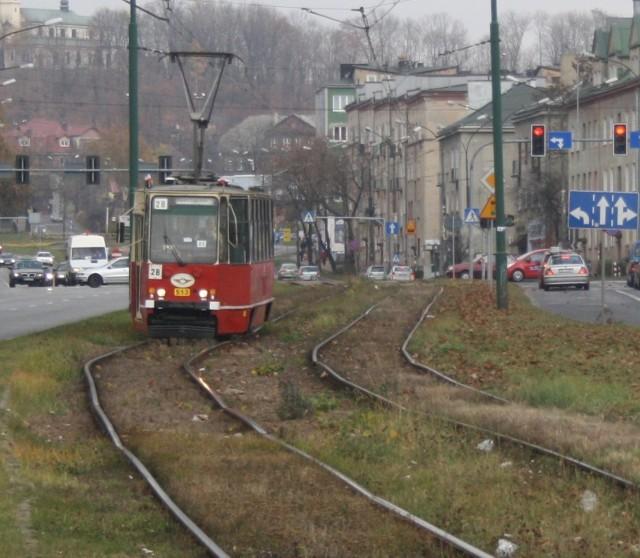 W Dąbrowie Górniczej przebudowane zostanie 5-kilometrowe torowisko tramwajowe. Jego część w kierunku byłej Huty Katowice jest już zmodernizowana Zobacz kolejne zdjęcia/plansze. Przesuwaj zdjęcia w prawo - naciśnij strzałkę lub przycisk NASTĘPNE