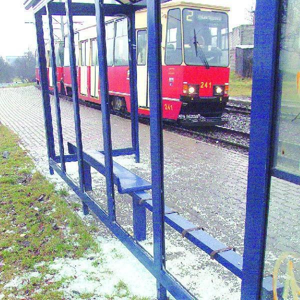 Wandale wybili ostatnio szyby w wiacie na przystanku przy hali Łuczniczka