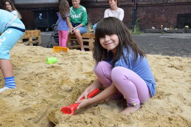 Dzieci bawią się na plaży w centrum Chorzowa