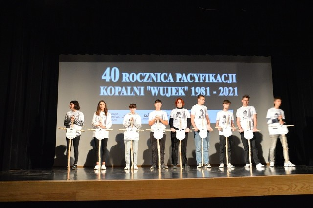 Młodzież na scenie trzymała krzyże z nazwiskami górników kopalni Wujek zamordowanych w stanie wojennym