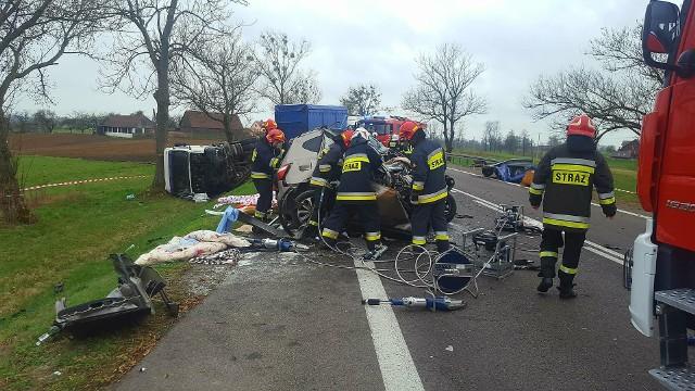 Do tego tragicznego wypadku doszło we wtorek na DK 61. W okolicach miejscowości Bargłów Dworny (pow. augustowski) samochód osobowy zderzył się z tirem.Zdjęcia dzięki uprzejmości OSP Bargłów Kościelny