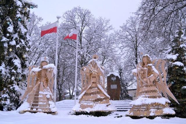 Wiklinowe świąteczne anioły wygrywające kolędy