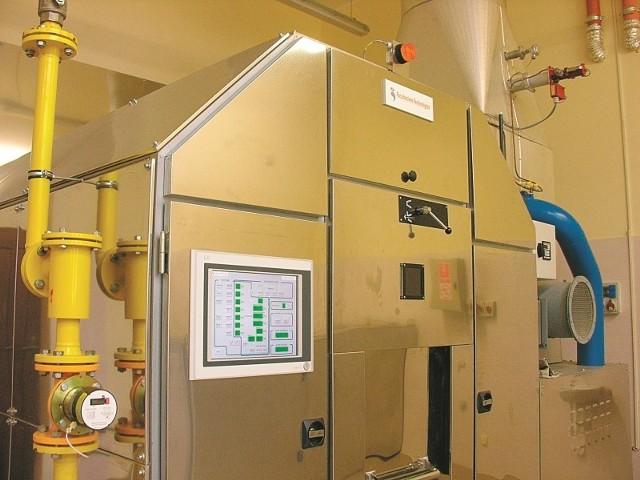 Ciało w trumnie za pomocą ręcznie obsługiwanego urządzenia wsuwane jest do pieca, a samo spalanie jest w pełni zautomatyzowane. (fot. Jarosław Staśkiewicz)