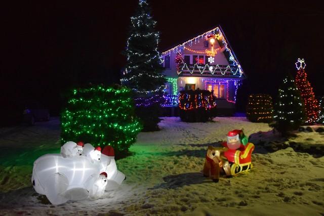 Dom rozświetlony ponad 20 tys. światełek i innymi ozdobami  w Hermanowicach koło Przemyśla.