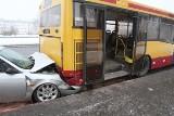 Wypadek na Rokicińskiej. Alfa Romeo pod autobusem [FILM, zdjęcia]
