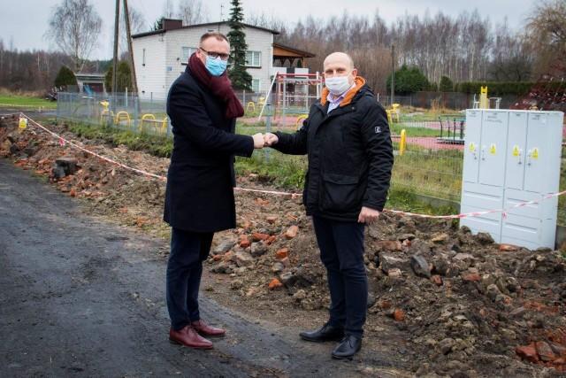 Na miejscu prowadzonej inwestycji: z lewej Kamil Dziewierz, wójt gminy Jedlińsk, obok Daniel Wójcicki, dyrektor Rejonu Energetycznego Radom.