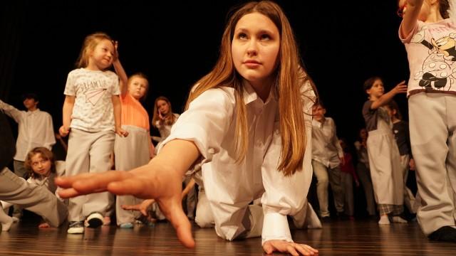 """W spektaklu """"Pęknięcie"""" wzięło udział 40 młodych aktorów z trzech teatrów dziecięcych funkcjonujących przy Fundacji """"Przestrzeń"""". Przedstawienie opowiada o procesie twórczym zakłóconym przez pandemię. Premiera spektaklu odbędzie się 14 czerwca."""