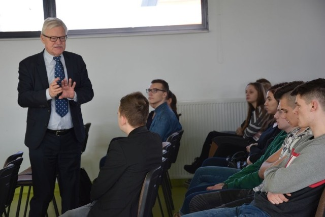 Tadeusz Zwiefka opowiadał grudziądzkiej młodzieży o tym jak funkcjonuje Unia Europejska