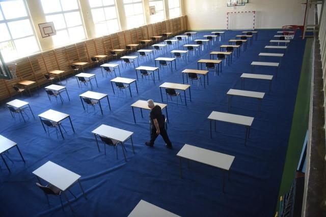 4 maja 2021 – rozpocznie się tegoroczna sesja egzaminów maturalnych. W Łodzi przystąpienie do niej zadeklarowało ponad 5,5 tys. tegorocznych absolwentów liceów i techników. Tradycyjnie ich pierwszym egzaminem będzie pisemny język polski – obowiązkowy dla wszystkich zdających, niezbędny dla uzyskania świadectwa dojrzałości. Co czeka ich na tym egzaminie w tym wyjątkowym roku pandemii? Jakie wymagania postawiła przed nimi Centralna Komisja Egzaminacyjna? Czy egzamin będzie prostszy niż w poprzednich latach?