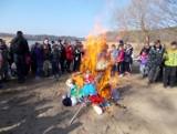 My nie chcemy dłużej zimy, więc Marzannę utopimy! Ale młodzież z Nieszawy postanowiła być bardziej skuteczna i Marzannę spaliła
