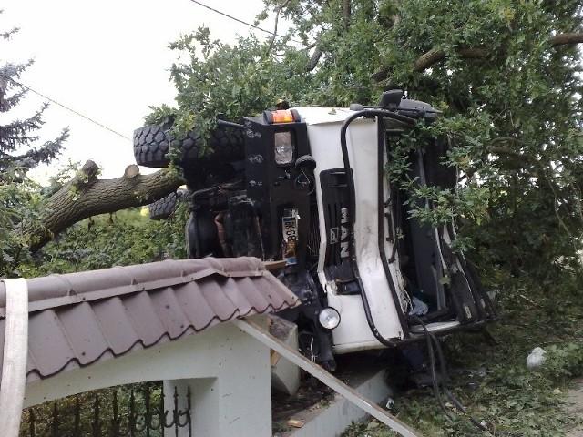 - Uderzenie było tak silne, że ciężarówka złamała drzewo i przewiozła je na masce kilkanaście metrów - mówi Michał Kowalewski, naczelnik OSP w Skwierzynie.