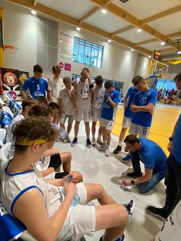 Tak drużyna Enei Basketu Junior Poznań cieszyła się po...