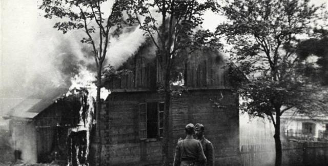 Na zdjęciu płonące zabudowania Michniowa