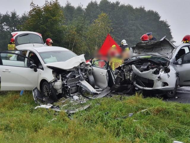 We wtorek, 28 września, przed godz. 10 zderzyły się czołowo dwa samochody osobowe koło Henrykowa niedaleko Leszna. Zobacz zdjęcia z miejsca wypadku --->