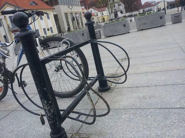 Sympatycy rowerów z Białegostoku zwracają uwagę na konieczność wymiany niektórych stojaków.