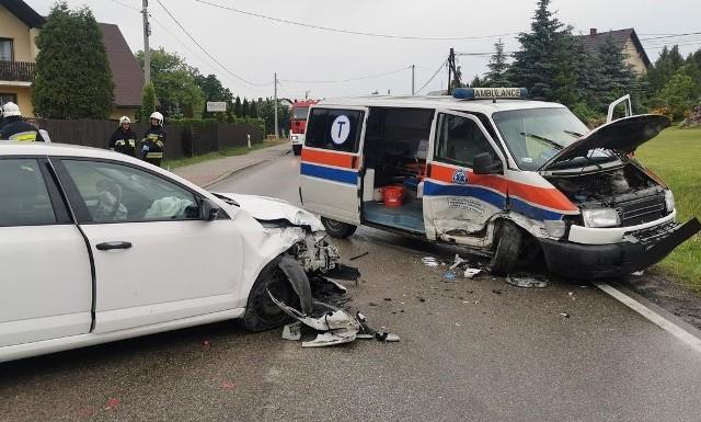 Na drodze wojewódzkiej 794 na wysokości miejscowości Milonki w gm. Trzyciąż doszło do zderzenia ambulansu z samochodem osobowym