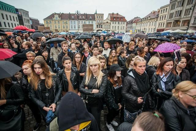 Uczestnicy październikowego czarnego protestu w Bydgoszczy przeszli z Placu Teatralnego na Stary Rynek wyrażając swój sprzeciw wobec ustaw dotyczących zakazu aborcji oraz in vitro.
