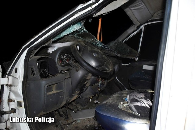 W wyniku dachowania busa zginał 52-letni mężczyzna.