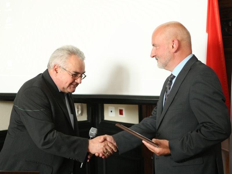 Ryszard Stus (po prawej), dyrektor słupskiego szpitala, odebrał certyfikat akredytacyjny dla szpitala od Jerzego Henniga, dyrektora Centrum Monitorowania Jakości w Ochronie Zdrowia.