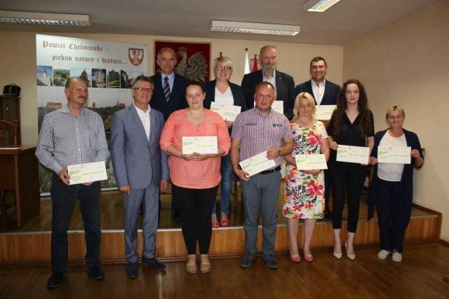 Nagrodzeni w konkursie sołtysi w piątkowe popołudnie przyjechali odebrać czeki do Starostwa Powiatowego w Chełmnie