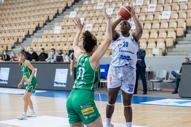 Shante Evans była najskuteczniejszą zawodniczką bydgoskiego zespołu w Gdyni (19 i 25 pkt)