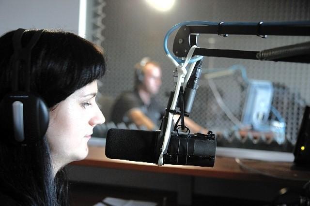 Justyna Kalata, jedna z dziennikarek radia i, nagrywa właśnie materiał poradnikowy dotyczący motoryzacji