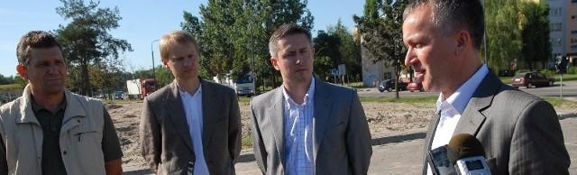 Prezydent Janusz Kotowski (z prawej) podczas przekazywania placu budowy nowej pływalni