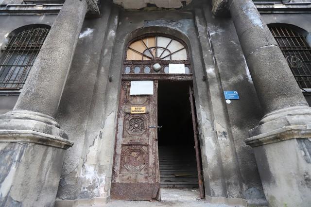 Zabytkowy ratusz w Chorzowie. Niestety obiekt ten niszczeje od lat. Zobaczcie sami!