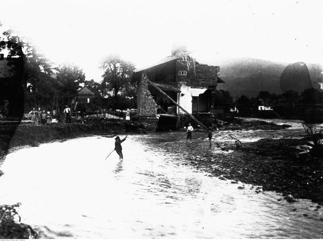 Łącko. Fragment koryta potoku Czarna Woda w drugi dzień po wylewie. Na drugim planie widoczne ruiny domu zniszczonego przez falę powodziową. 17-18 lipca 1934