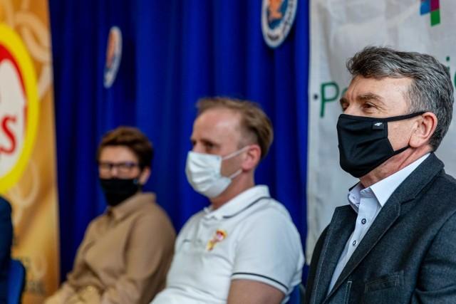 """Konferencja prasowa na temat programu """"Umiem pływać"""" w Pływalni Powiatowej w Mońkach (13.03.2021 r.)"""