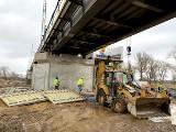 Trwa budowa mostu kolejowego w Nietkowicach. Zamontowano pierwsze przęsło