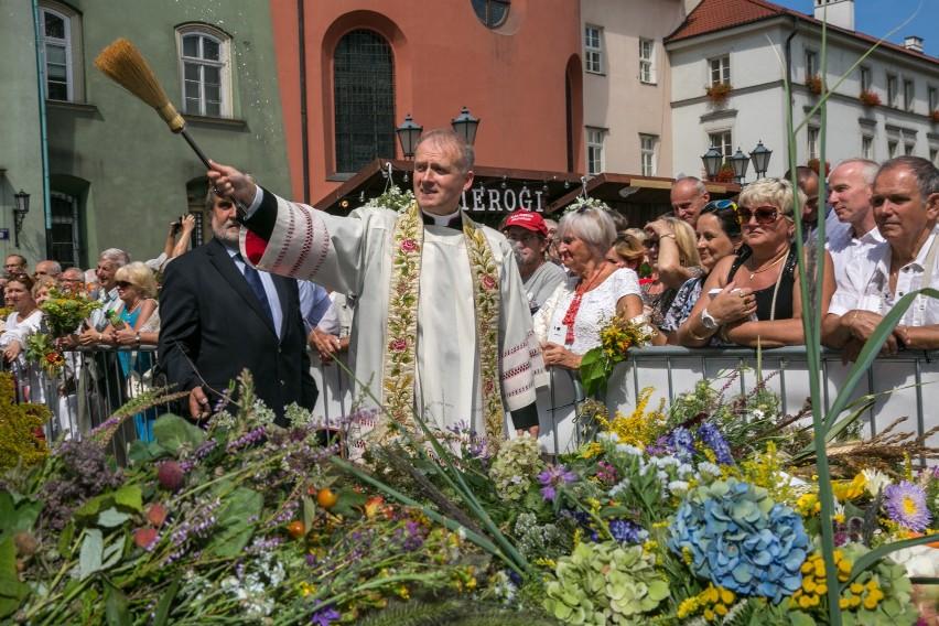 Do kościoła tradycyjnie przynosi się tego dnia zioła i...