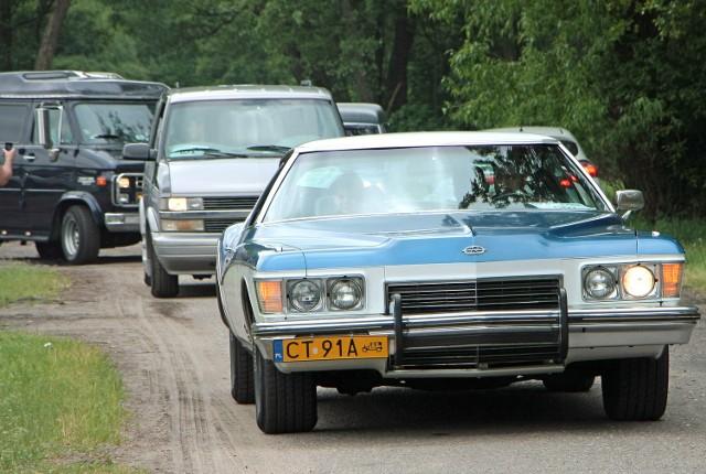 """W dniach 13 - 15 maja Mega Park i Miasteczko Westernowe """"Kansas City"""" już po raz drugi jest organizatorem Zlotu Samochodów Amerykańskich i Zabytkowych - II spotkania z historią motoryzacji. W sobotnie południe wszystkie auta zlotu z """"Kansas City"""" wyruszyły na przejazd paradny do centrum Grudziądza. Zainteresowanie spore, bo jest na co popatrzeć. Na zlocie zameldowało się kilkadziesiąt okazów motoryzacji. ***Pogoda na dziś, wideo: TVN Meteo Active/x-news"""