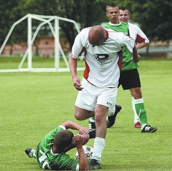 Piłkarze Dębu (białe stroje) nie dali najmniejszych szans Rudni