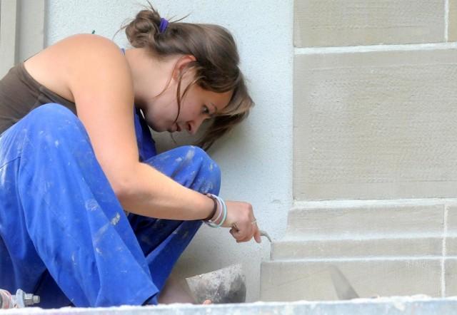 Bernadetta Siułkowska pracuje przy odtwarzaniu ślicznych detali w fasadzie muzeum