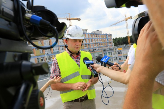 Marszałek Piotr Całbecki na budowie nowego szpitala na Bielanach.
