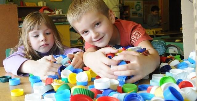 Natalia Olkiewicz i Oskar Szawala zebrali najwięcej nakrętek w przedszkolu przy ul. Głowackiego. Dla nich to fajna zabawa, choć oczywiście dzieciaki liczą, że komuś w ten sposób pomogą.