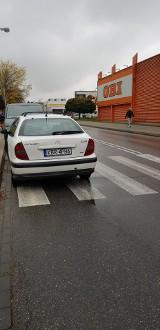 """Kraków. Przy Dobrego Pasterza parkują i jeżdżą jak chcą - na """"ziemi niczyjej"""""""
