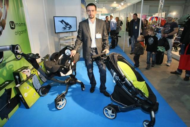 """Składany i rozkładany za pomocą naciśnięcia jednego przycisku amerykański wózek dla dziecka to hit tegorocznej wystawy """"Czas dziecka"""" w Kielcach."""