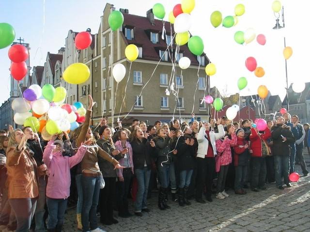 Kilkaset balonów poszło w piątek do nieba nad głogowskim ratuszem