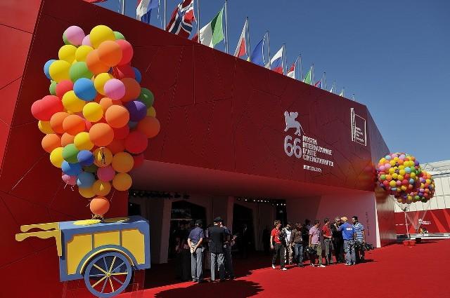 Poprzednie edycje festiwalu w Wenecji organizowane były z wielką pompą, tegoroczna edycja w związku z ograniczeniami spowodowanymi koronawirusem z pewnością będzie miała skromniejszą oprawę. / fot. wikimedia.org
