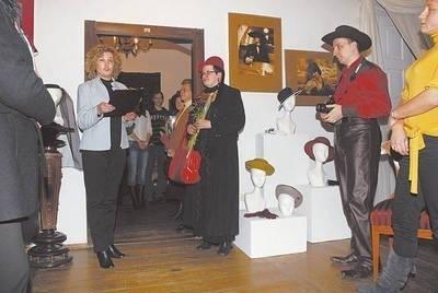 """Agnieszka Stanek (w środku) podczas wernisażu swojej wystawy w """"Domu Greckim"""" FOT. MACIEJ HOŁUJ"""