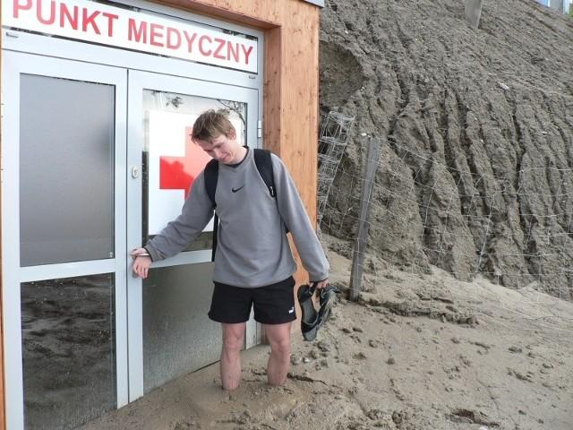Andrzej Gościniak z Istebnej, próbował dostać się do punktu medycznego. – Błoto sięga w tym miejscu do połowowy łydek, ale jak się stanie to wciąga jeszcze głębiej – mówi.