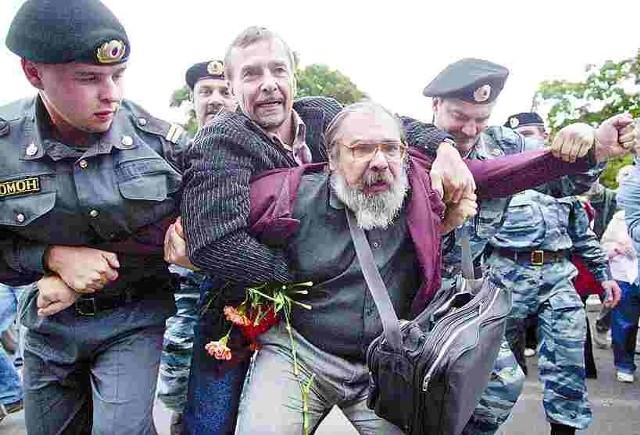 Oddziały OMON-u rozpędzają demonstrację w Moskwie.