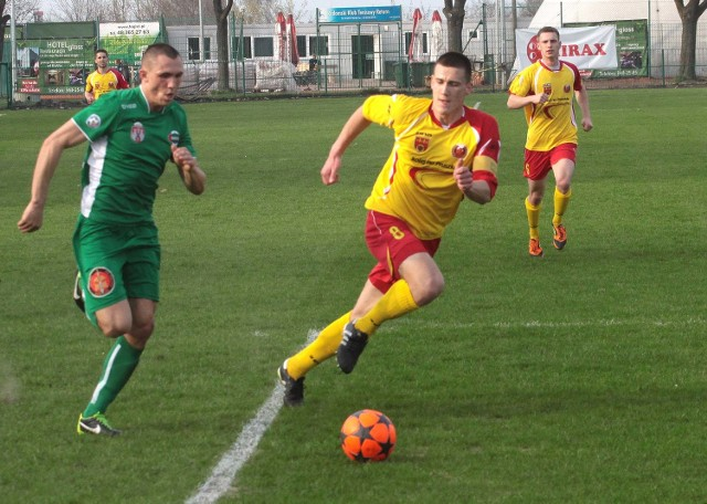 Piotr Wlazło (z piłką), pomocnik Radomiaka rozegrał dobry mecz przeciwko Zniczowi Pruszków.