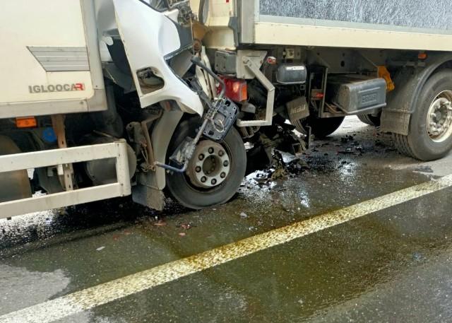 Kierowca jest uwięziony w zmiażdżonej kabinie. Na miejscu pracują wszystkie służby ratunkowe