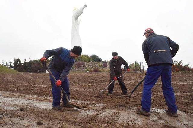 Prace porządkowe w okolicy pomnika Chrystusa Króla w Świebodzinie