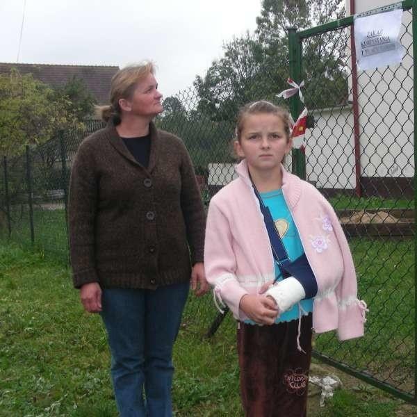 - Weronika spędziła tydzień w szpitalu, będę się od gminy domagała odszkodowania - mówi jej mama.